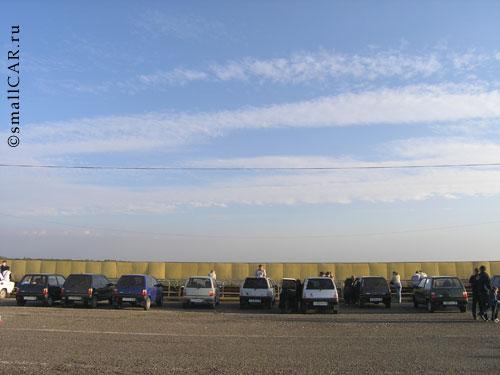 Фото: Автомобили  выставлены в ровненький ряд
