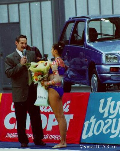 """Фото: Каюмов вручает ключи от автомобиля """"ОКА"""" Кабаевой"""