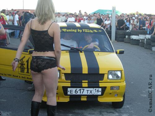 Фото: Совместное представление (Автомобиль Ока и Девушка в нижнем белье)