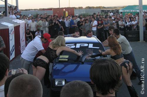 Фото: Девушки держат автомобиль ОКА на конкурсе авто звук
