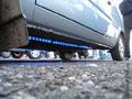 Неоновый свет под машиной